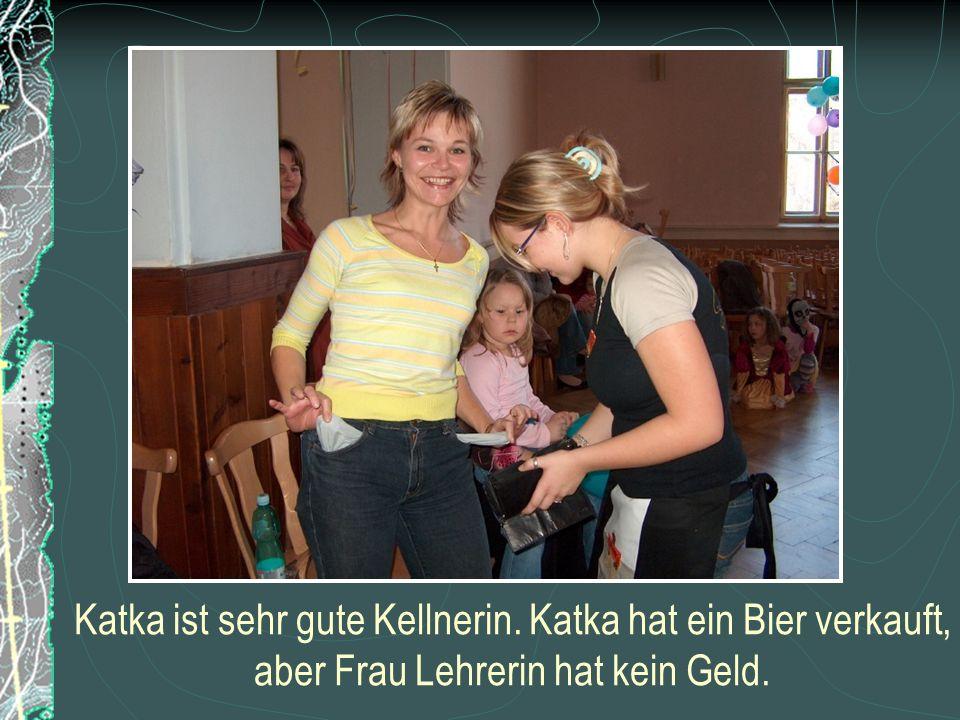 Katka ist sehr gute Kellnerin. Katka hat ein Bier verkauft, aber Frau Lehrerin hat kein Geld.