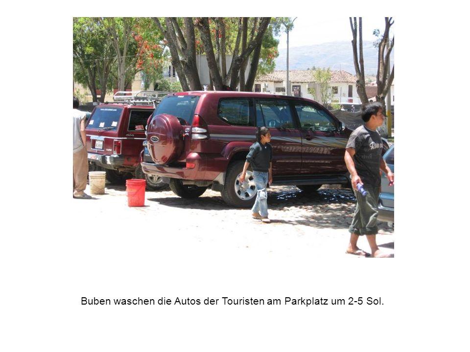 Buben waschen die Autos der Touristen am Parkplatz um 2-5 Sol.