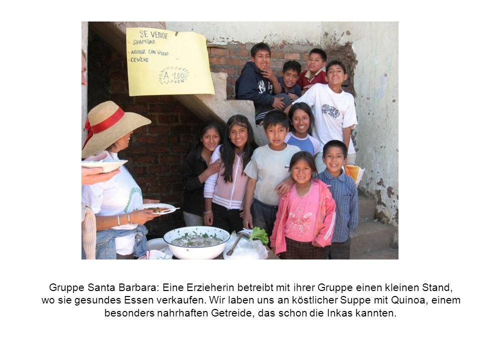 Gruppe Santa Barbara: Eine Erzieherin betreibt mit ihrer Gruppe einen kleinen Stand, wo sie gesundes Essen verkaufen.