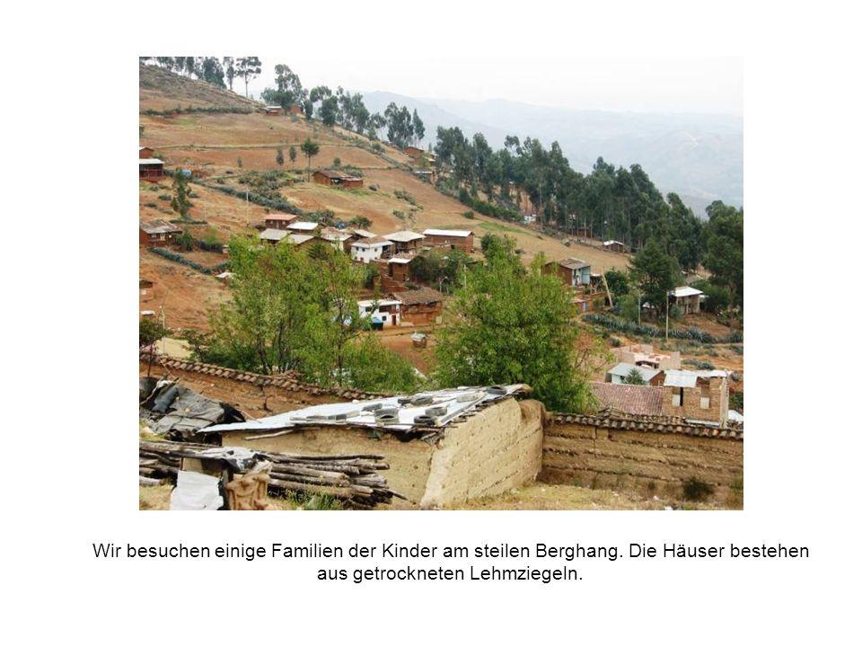 Wir besuchen einige Familien der Kinder am steilen Berghang.