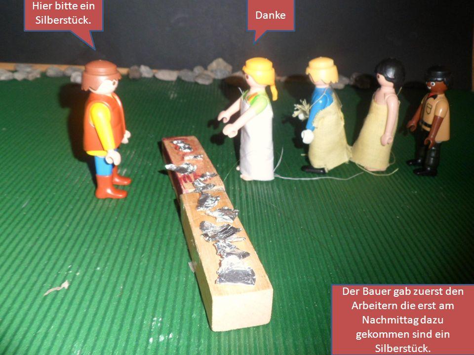 Der Bauer gab zuerst den Arbeitern die erst am Nachmittag dazu gekommen sind ein Silberstück. Hier bitte ein Silberstück. Danke