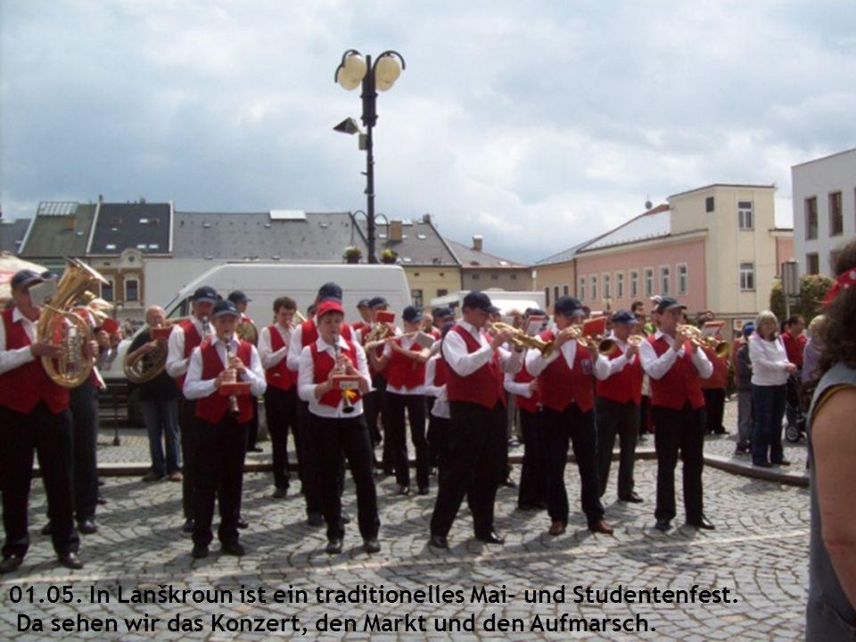 01.05. In Lanškroun ist ein traditionelles Mai- und Studentenfest. Da sehen wir das Konzert, den Markt und den Aufmarsch.