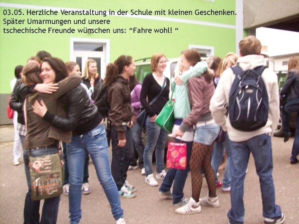 03.05. Herzliche Veranstaltung in der Schule mit kleinen Geschenken. Später Umarmungen und unsere tschechische Freunde wünschen uns: Fahre wohl!