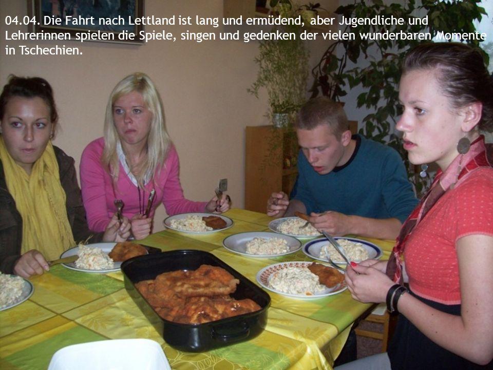 04.04. Die Fahrt nach Lettland ist lang und ermüdend, aber Jugendliche und Lehrerinnen spielen die Spiele, singen und gedenken der vielen wunderbaren
