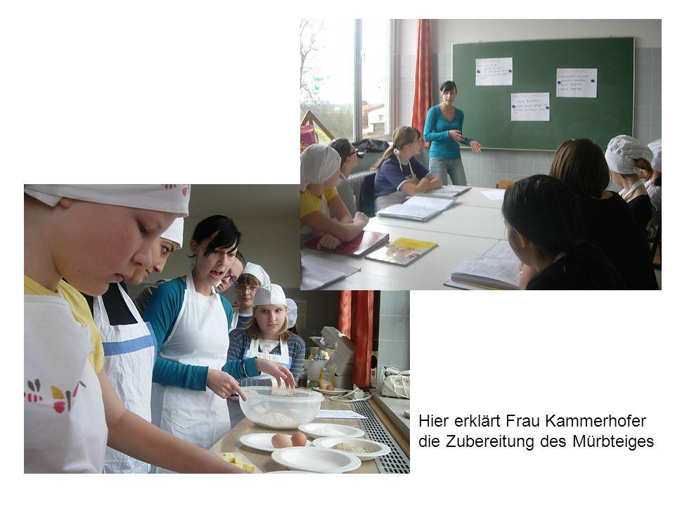 Hier erklärt Frau Kammerhofer die Zubereitung des Mürbteiges