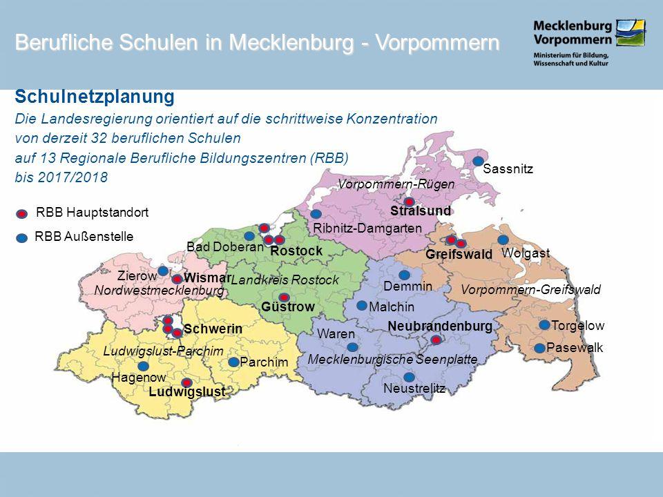 1 Schwerin Wirtschaft und Verwaltung Schüler 2010 2011 2.375 1.976 (83%) 1 2 Technik2.112 + 638 2.284 (83%) 2 3 Gesundheit und Sozialwesen 852 + 404 1.300 (104%) 3 4 Wismar Wismar/ Zierow2.071 1.842 (89%) 4 5 Ludwigslust Ludwigslust/ Hagenow1.281 1.084 (85%)Fusion nach 2012 5 6 Parchim 756 672 (89%) 3 Schulnetzplanung (Schulamtsbereich Schwerin) Region Westmecklenburg - Standorte Berufliche Schulen in Mecklenburg - Vorpommern