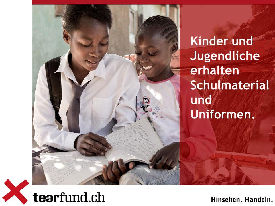 Kinder und Jugendliche erhalten Schulmaterial und Uniformen.