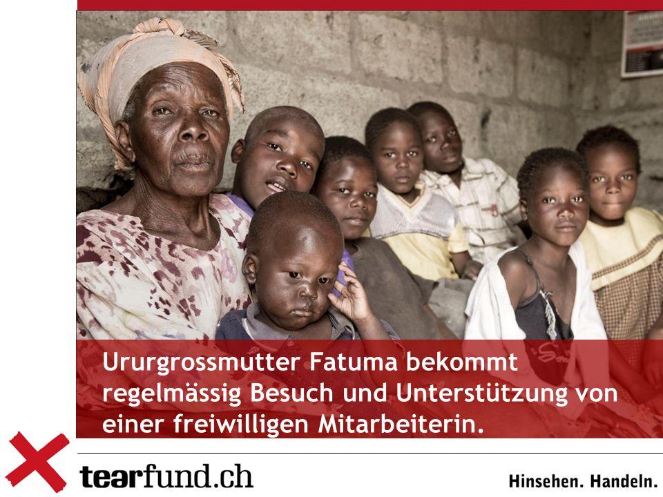 Ururgrossmutter Fatuma bekommt regelmässig Besuch und Unterstützung von einer freiwilligen Mitarbeiterin.