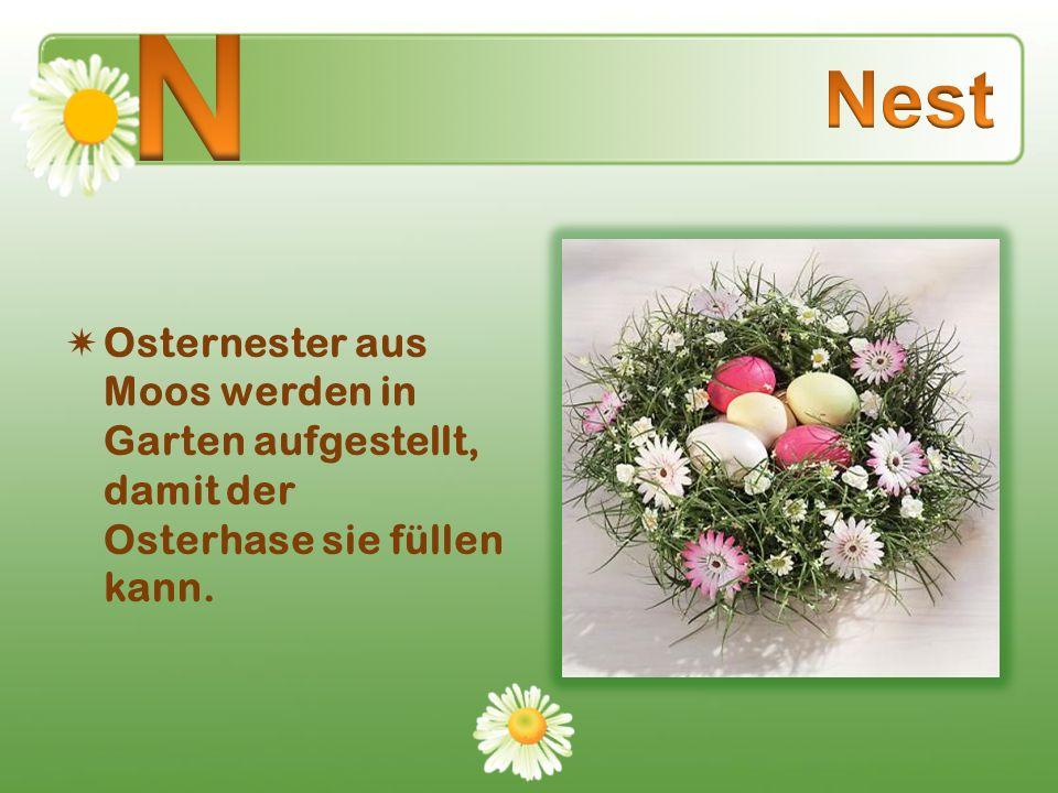 Osternester aus Moos werden in Garten aufgestellt, damit der Osterhase sie füllen kann.