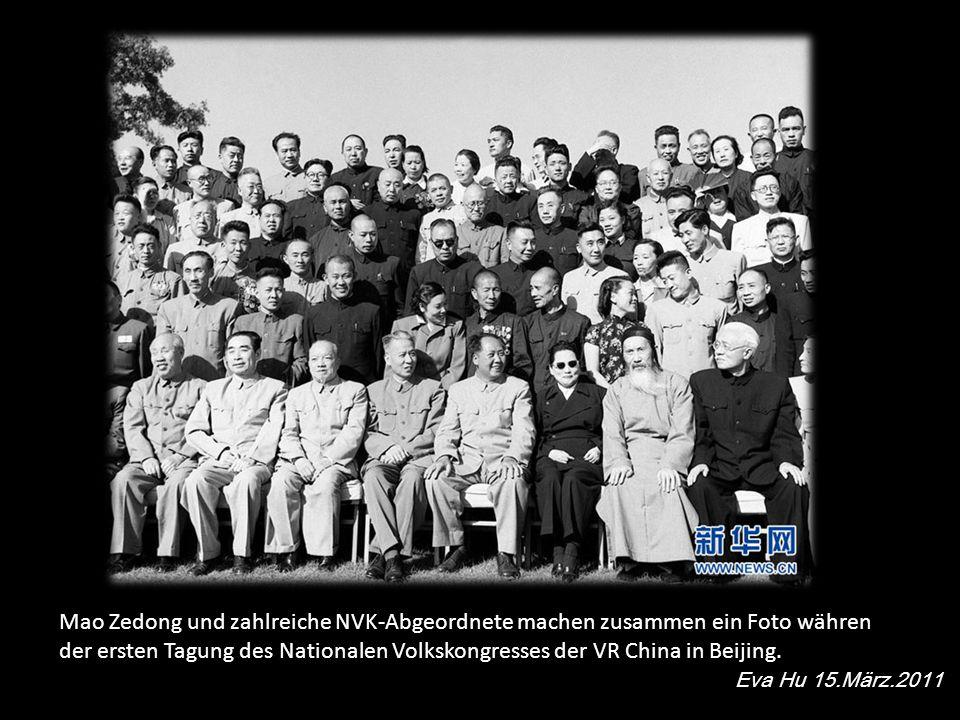 Mao Zedong und zahlreiche NVK-Abgeordnete machen zusammen ein Foto währen der ersten Tagung des Nationalen Volkskongresses der VR China in Beijing.