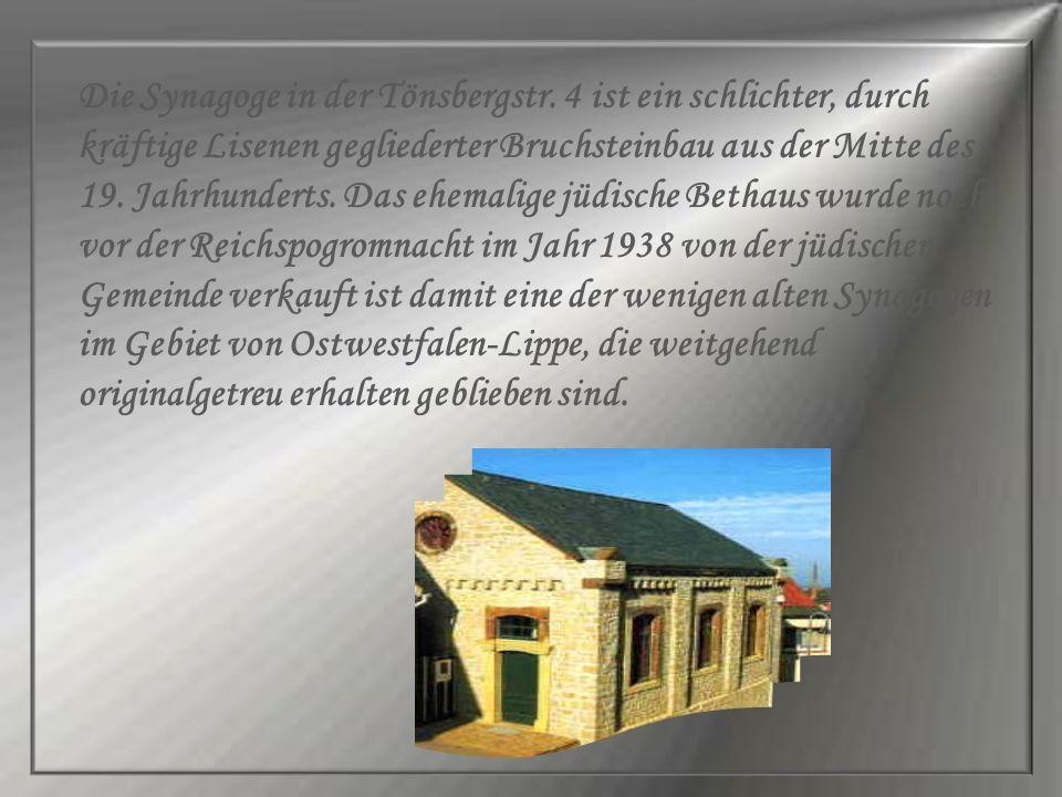 Die Synagoge in der Tönsbergstr. 4 ist ein schlichter, durch kräftige Lisenen gegliederter Bruchsteinbau aus der Mitte des 19. Jahrhunderts. Das ehema