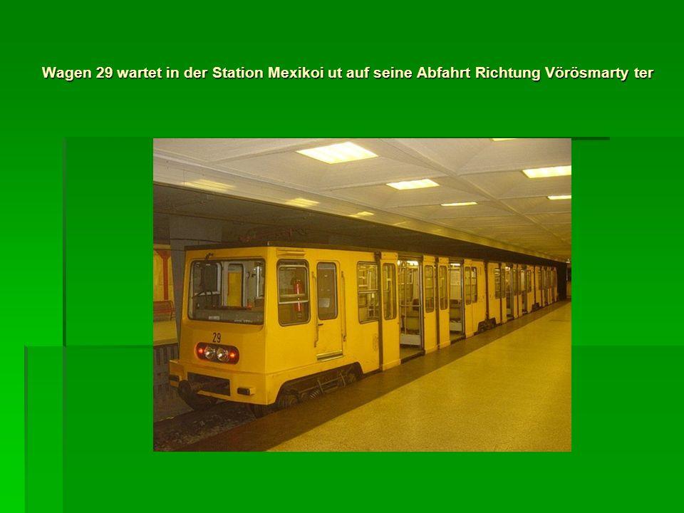 Wagen 29 wartet in der Station Mexikoi ut auf seine Abfahrt Richtung Vörösmarty ter