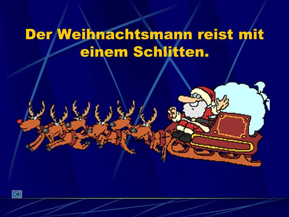 Der Weihnachtsmann reist mit einem Schlitten.