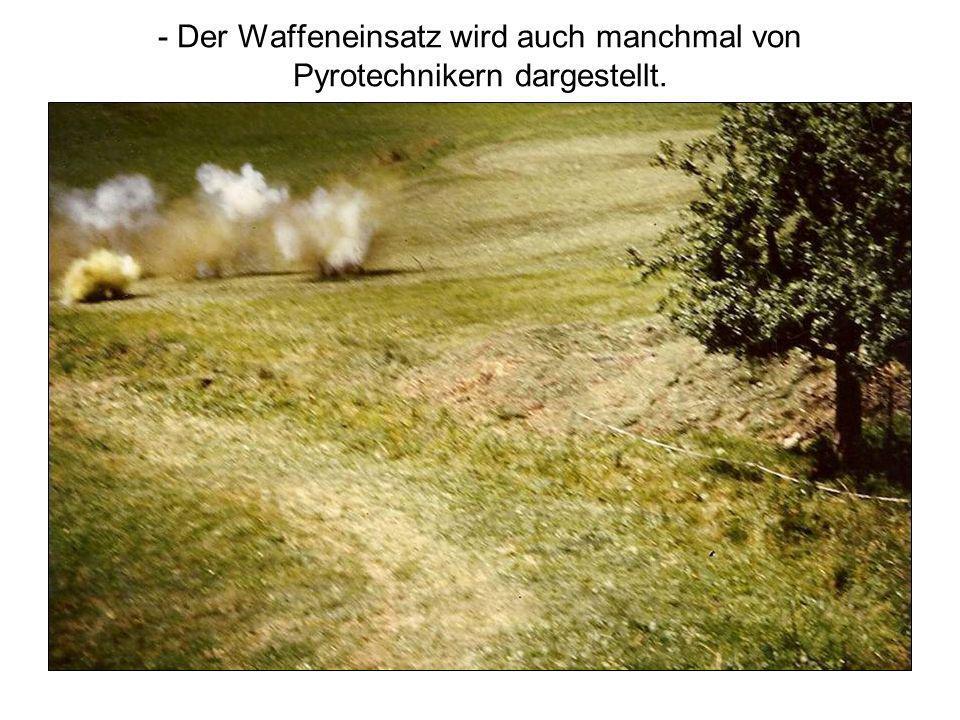 - Der Waffeneinsatz wird auch manchmal von Pyrotechnikern dargestellt.