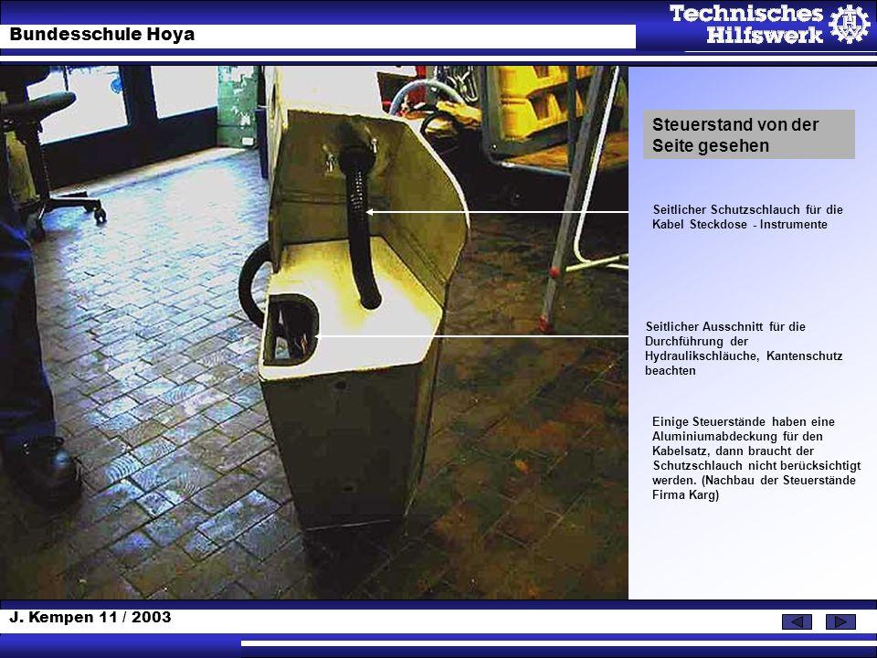 J. Kempen 11 / 2003 Bundesschule Hoya Steuerstand von der Seite gesehen Seitlicher Schutzschlauch für die Kabel Steckdose - Instrumente Seitlicher Aus