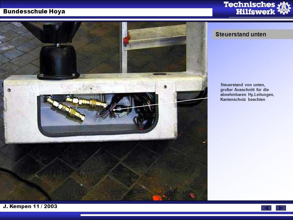 J. Kempen 11 / 2003 Bundesschule Hoya Steuerstand von unten, großer Ausschnitt für die abnehmbaren Hy.Leitungen, Kantenschutz beachten Steuerstand unt