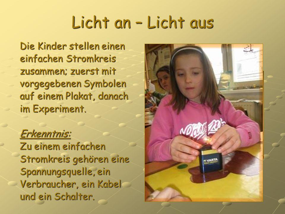 Licht an – Licht aus Die Kinder stellen einen einfachen Stromkreis zusammen; zuerst mit vorgegebenen Symbolen auf einem Plakat, danach im Experiment.