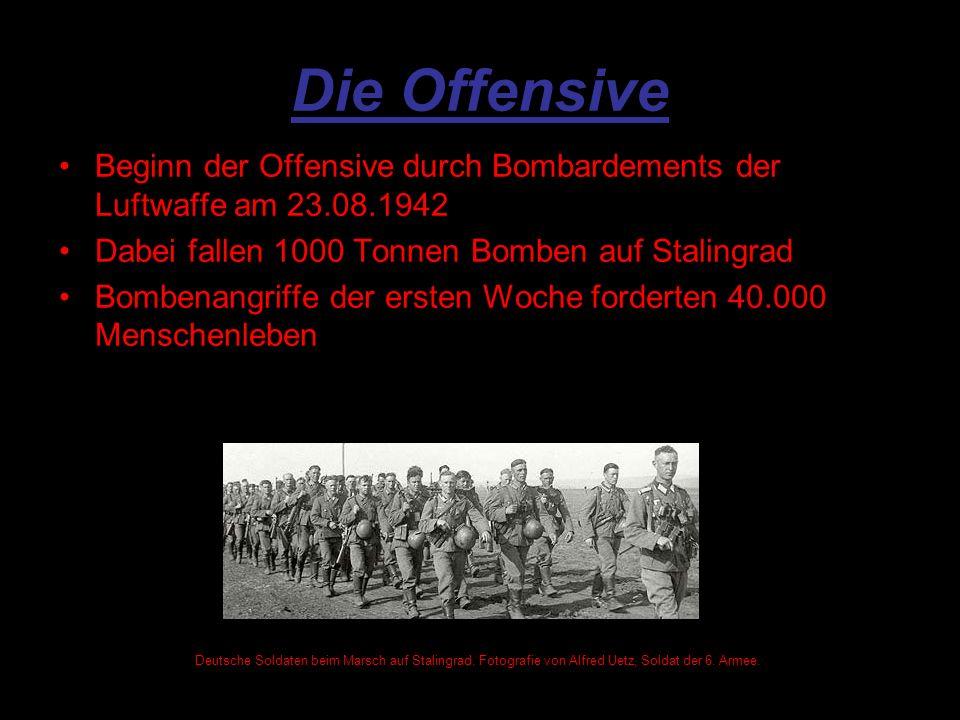 Die Offensive Beginn der Offensive durch Bombardements der Luftwaffe am 23.08.1942 Dabei fallen 1000 Tonnen Bomben auf Stalingrad Bombenangriffe der ersten Woche forderten 40.000 Menschenleben Deutsche Soldaten beim Marsch auf Stalingrad.
