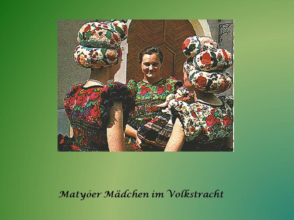 Matyóer Mädchen im Volkstracht