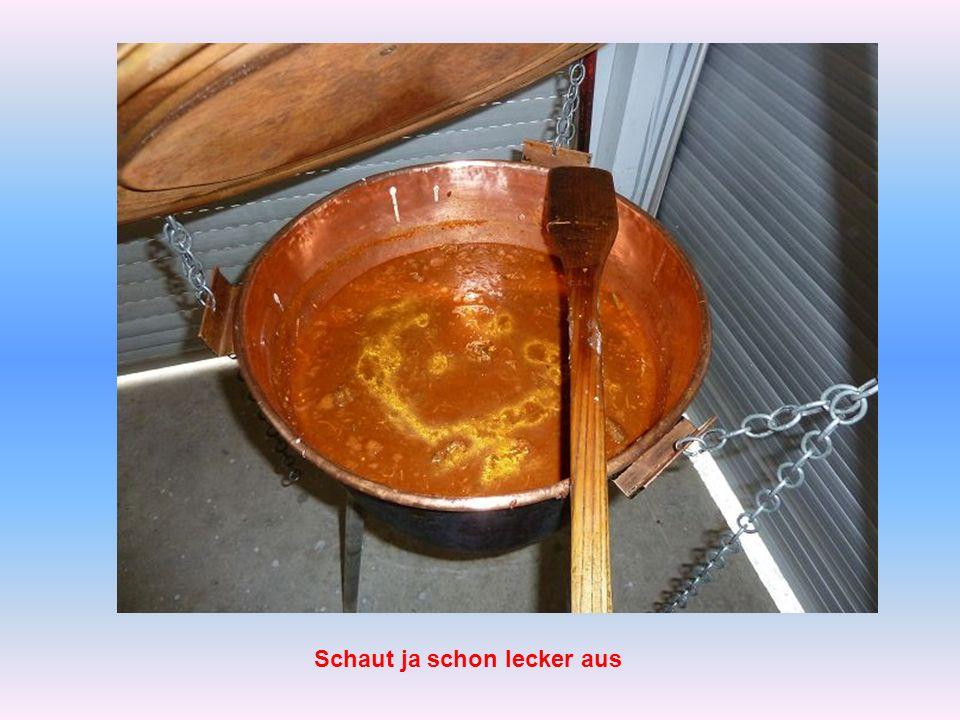 Das Kessel-Gulasch wird gekocht