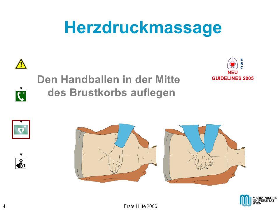 Erste Hilfe 20064 Herzdruckmassage Den Handballen in der Mitte des Brustkorbs auflegen