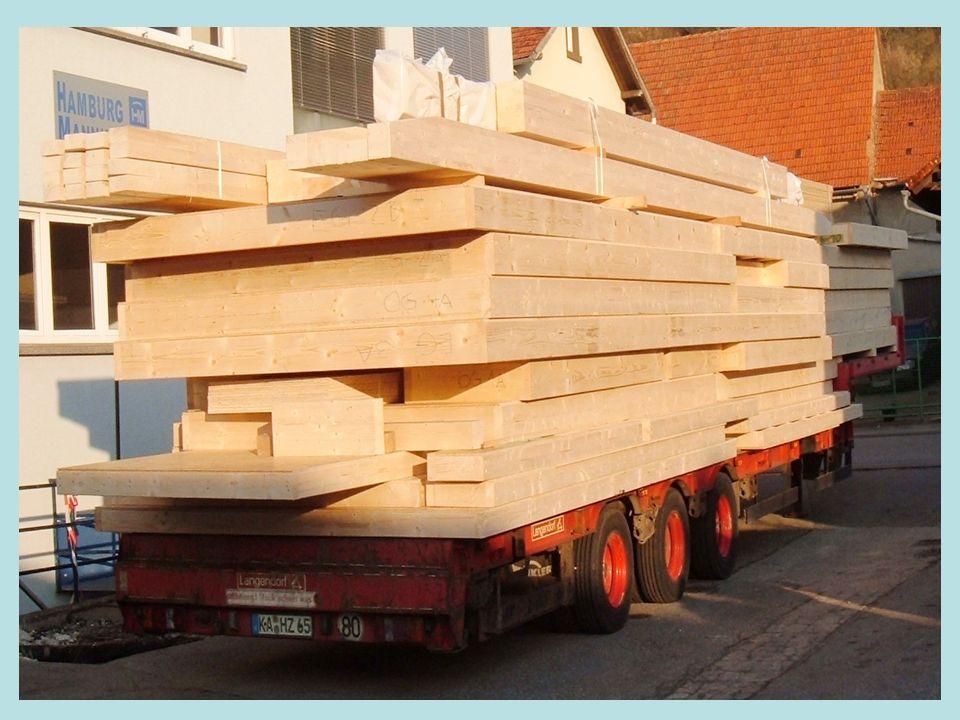 Montage vor Ort Stellen der Außen- und Innenwände Gerüstbau Aufbau des Dachstuhls Ziegeleindeckung