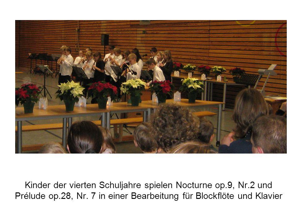 Kinder der vierten Schuljahre spielen Nocturne op.9, Nr.2 und Prélude op.28, Nr.