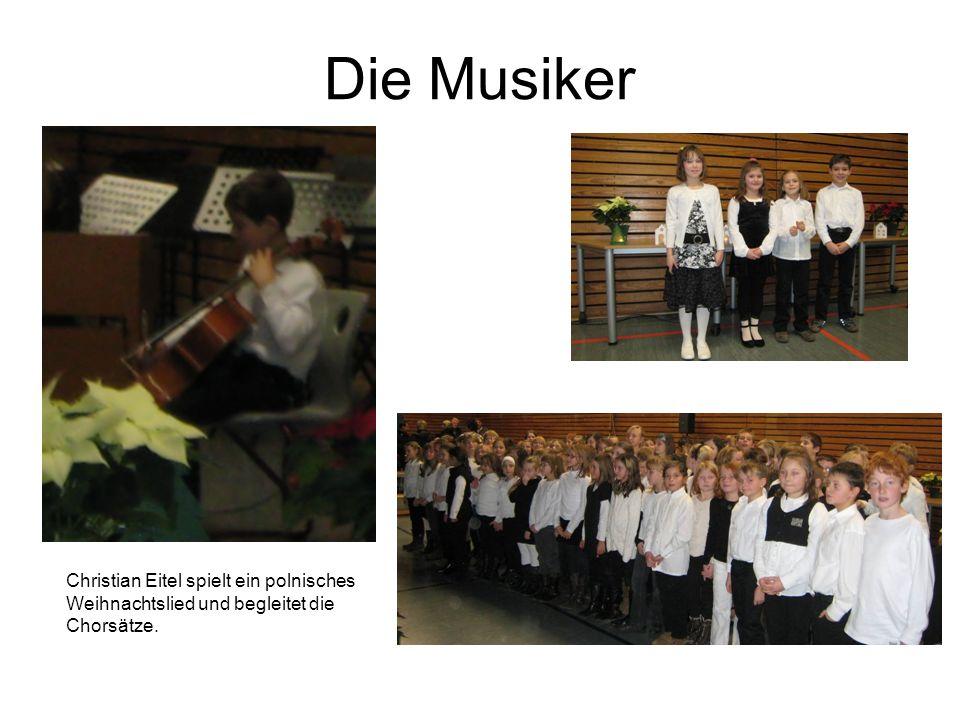 Die Musiker Christian Eitel spielt ein polnisches Weihnachtslied und begleitet die Chorsätze.