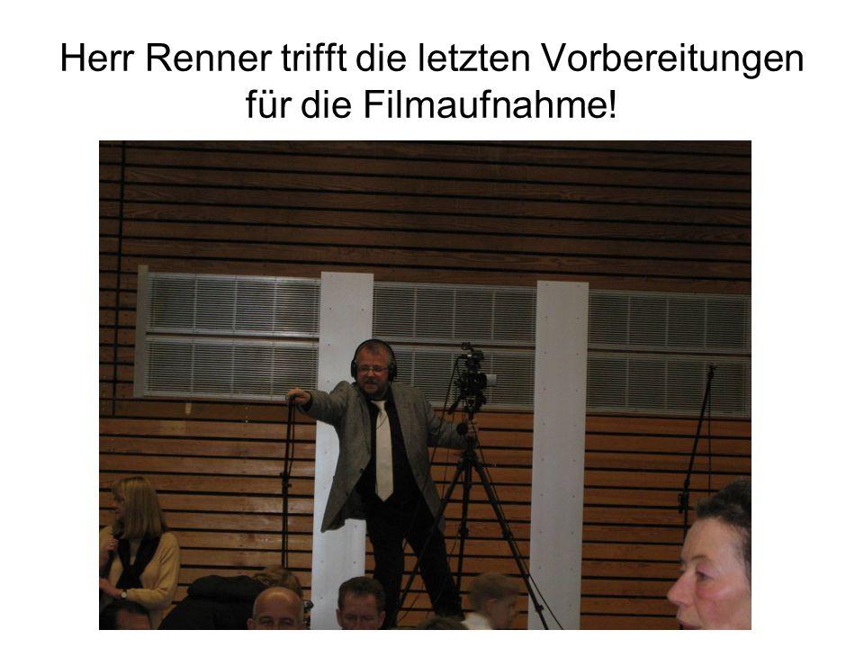 Herr Renner trifft die letzten Vorbereitungen für die Filmaufnahme!