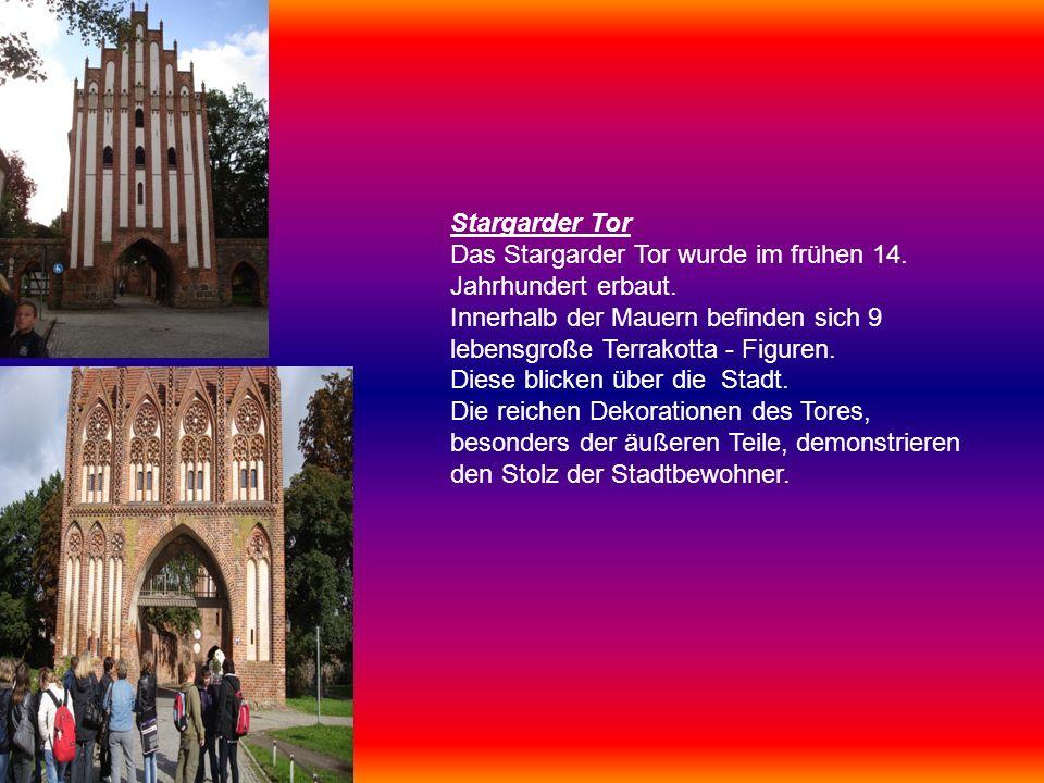 Stargarder Tor Das Stargarder Tor wurde im frühen 14. Jahrhundert erbaut. Innerhalb der Mauern befinden sich 9 lebensgroße Terrakotta - Figuren. Diese