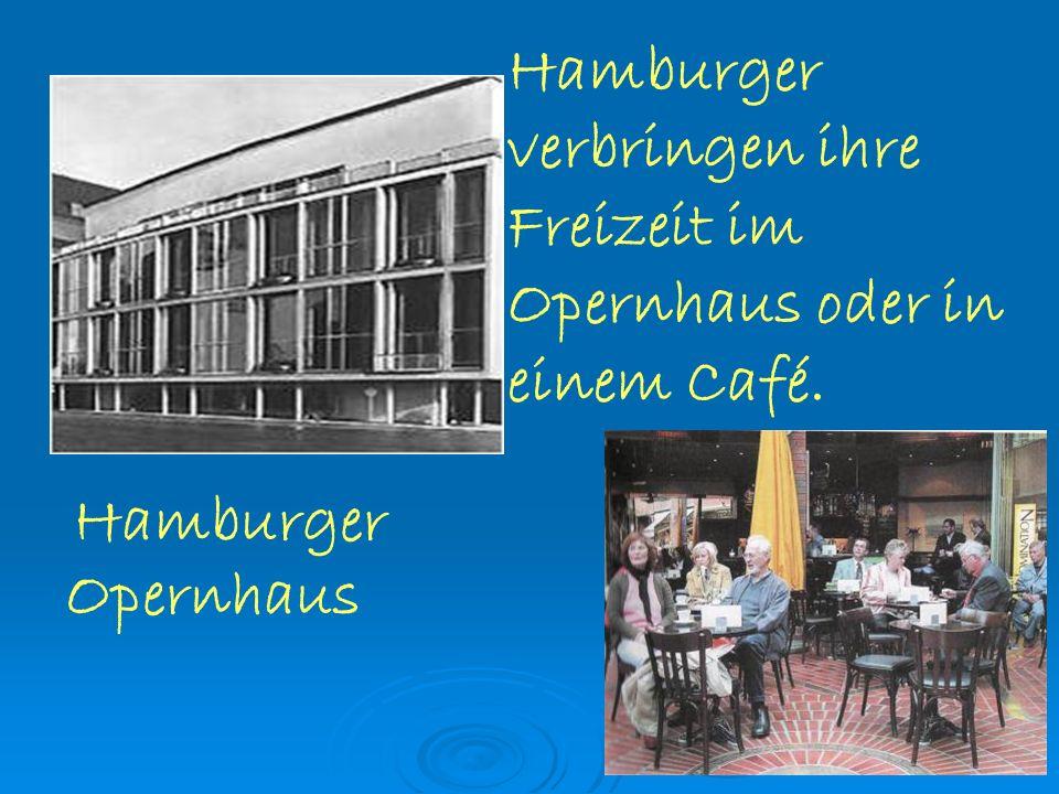 Hamburger verbringen ihre Freizeit im Opernhaus oder in einem Café. Hamburger Opernhaus