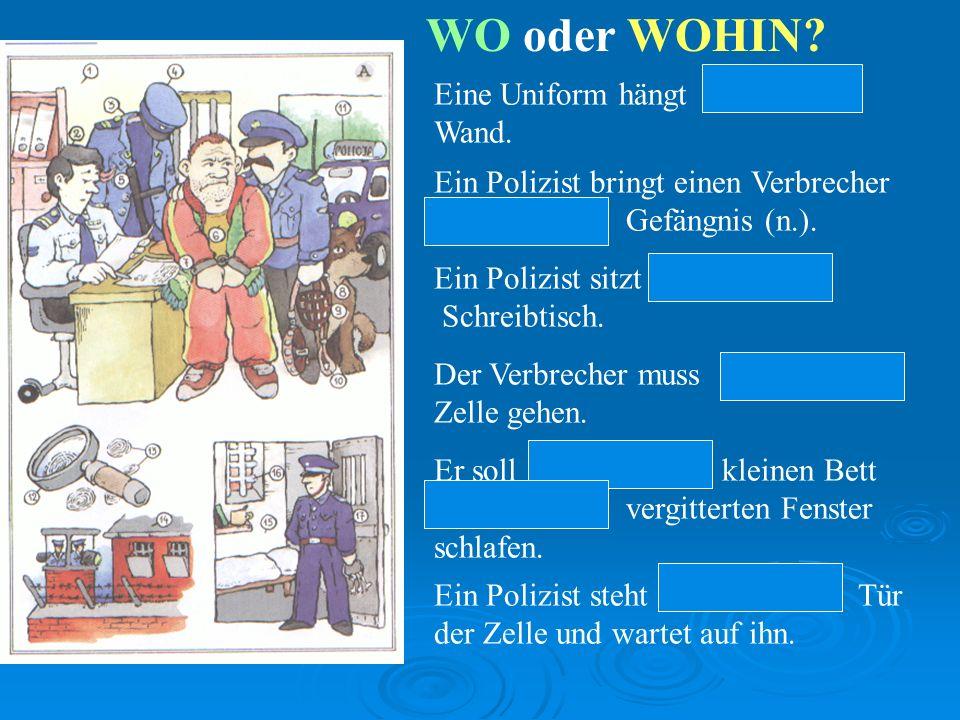 WO oder WOHIN.Eine Uniform hängt an der Wand.