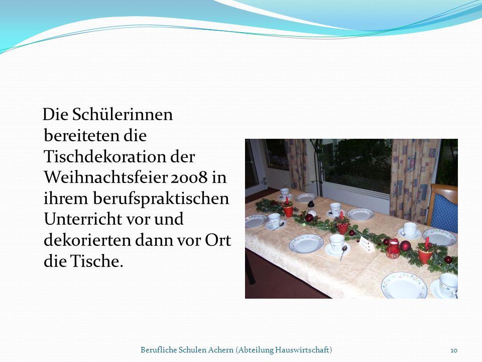 Die Schülerinnen bereiteten die Tischdekoration der Weihnachtsfeier 2008 in ihrem berufspraktischen Unterricht vor und dekorierten dann vor Ort die Ti