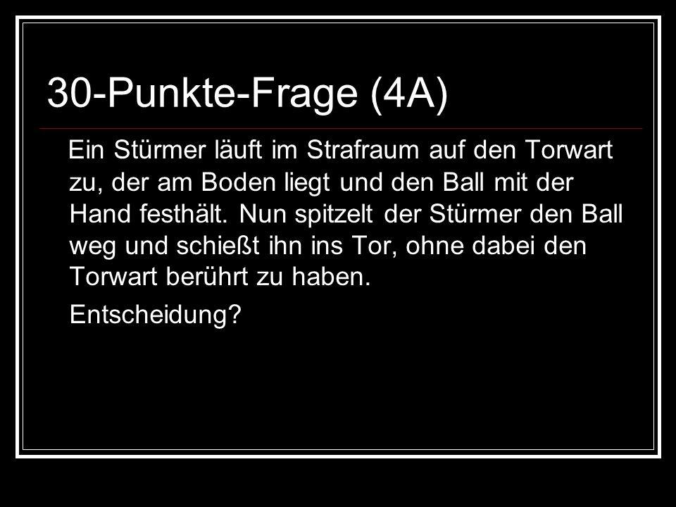 30-Punkte-Frage (4A) Ein Stürmer läuft im Strafraum auf den Torwart zu, der am Boden liegt und den Ball mit der Hand festhält.