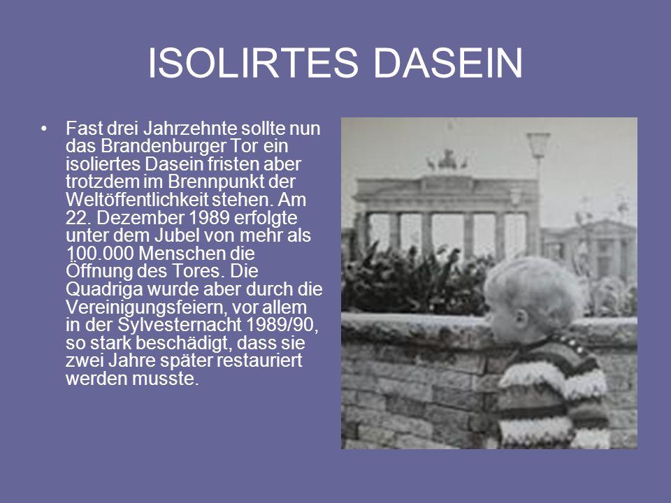 SYMBOL DER WIEDRVEREINIGUNG 28 Jahre nach dem Bau der Mauer wurde das Brandenburger Tor während der Wende in der DDR am 22.