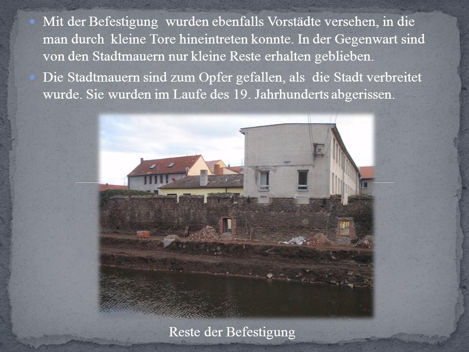 Mit der Befestigung wurden ebenfalls Vorstädte versehen, in die man durch kleine Tore hineintreten konnte. In der Gegenwart sind von den Stadtmauern n