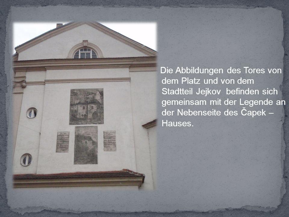 Die Abbildungen des Tores von dem Platz und von dem Stadtteil Jejkov befinden sich gemeinsam mit der Legende an der Nebenseite des Čapek – Hauses.