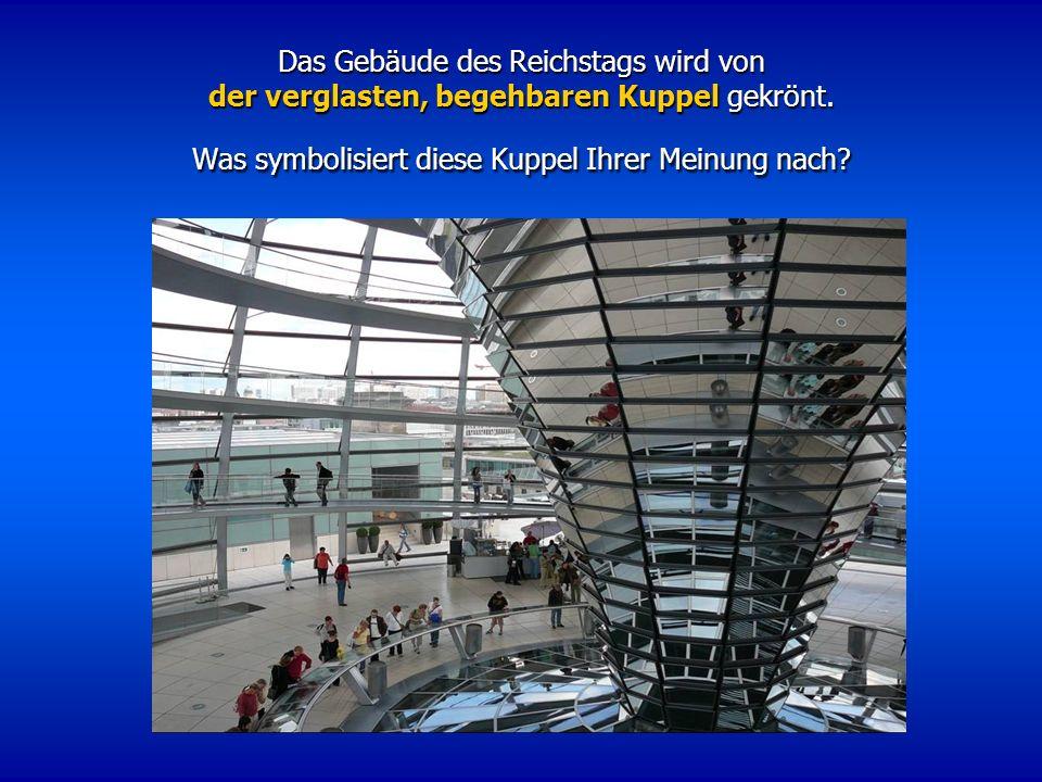 Das Gebäude des Reichstags wird von der verglasten, begehbaren Kuppel gekrönt.