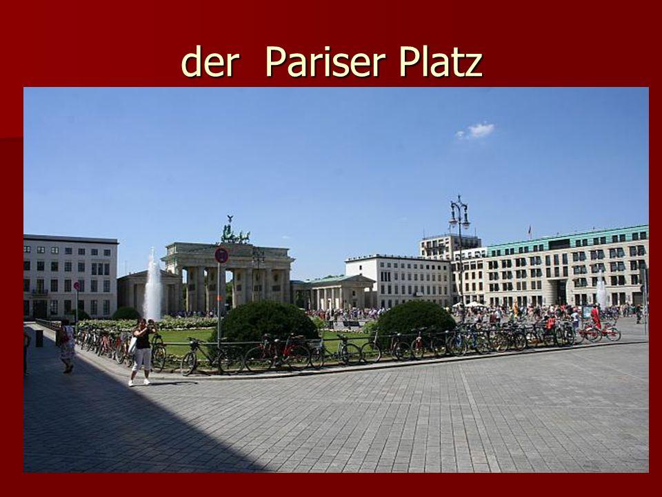Östlich des Brandenburger Tores befindet sich der Pariser Platz.