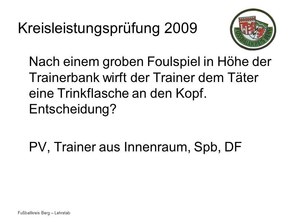 Fußballkreis Berg – Lehrstab Kreisleistungsprüfung 2009 Nach einem groben Foulspiel in Höhe der Trainerbank wirft der Trainer dem Täter eine Trinkflas