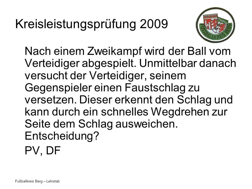 Fußballkreis Berg – Lehrstab Kreisleistungsprüfung 2009 Nach einem Zweikampf wird der Ball vom Verteidiger abgespielt. Unmittelbar danach versucht der