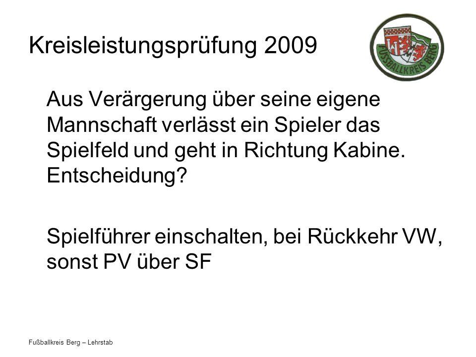 Fußballkreis Berg – Lehrstab Kreisleistungsprüfung 2009 Aus Verärgerung über seine eigene Mannschaft verlässt ein Spieler das Spielfeld und geht in Ri