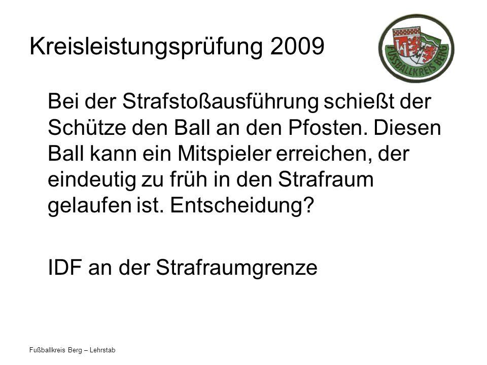 Fußballkreis Berg – Lehrstab Kreisleistungsprüfung 2009 Bei der Strafstoßausführung schießt der Schütze den Ball an den Pfosten. Diesen Ball kann ein