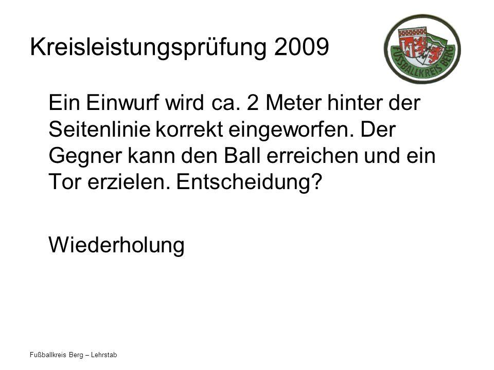 Fußballkreis Berg – Lehrstab Kreisleistungsprüfung 2009 Ein Einwurf wird ca. 2 Meter hinter der Seitenlinie korrekt eingeworfen. Der Gegner kann den B