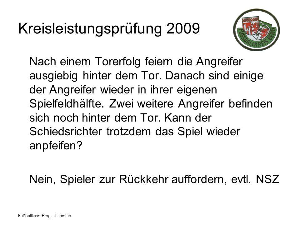 Fußballkreis Berg – Lehrstab Kreisleistungsprüfung 2009 Nach einem Torerfolg feiern die Angreifer ausgiebig hinter dem Tor. Danach sind einige der Ang
