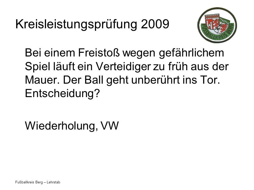 Fußballkreis Berg – Lehrstab Kreisleistungsprüfung 2009 Bei einem Freistoß wegen gefährlichem Spiel läuft ein Verteidiger zu früh aus der Mauer. Der B