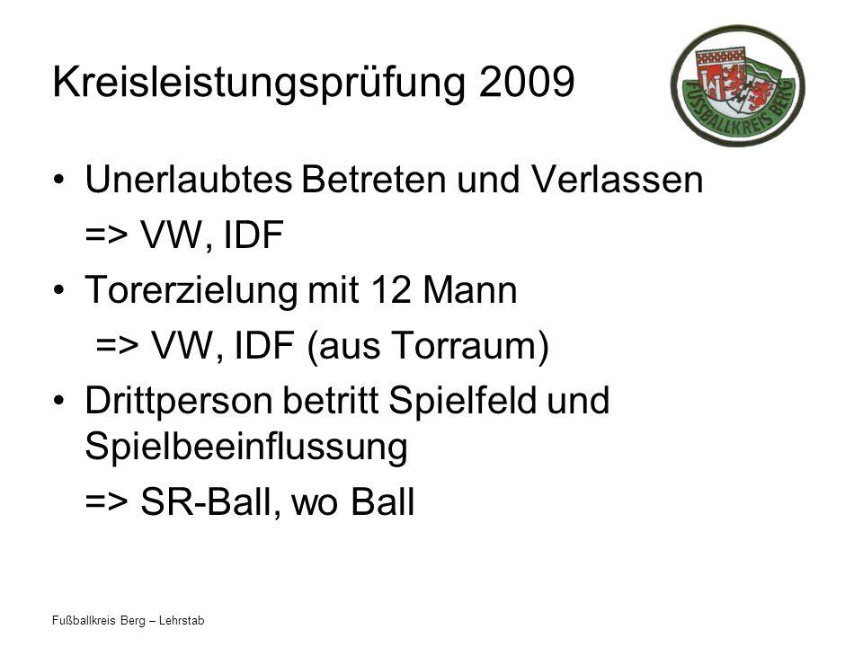 Fußballkreis Berg – Lehrstab Kreisleistungsprüfung 2009 AWS berührt den Ball, kann aber Torerfolg nicht verhindern => Tor, Anstoß Schmuck darf nicht abgeklebt werden.