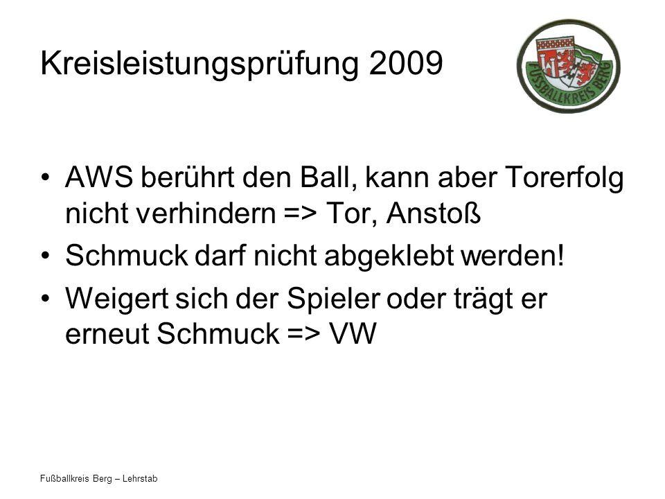Fußballkreis Berg – Lehrstab Kreisleistungsprüfung 2009 AWS berührt den Ball, kann aber Torerfolg nicht verhindern => Tor, Anstoß Schmuck darf nicht a