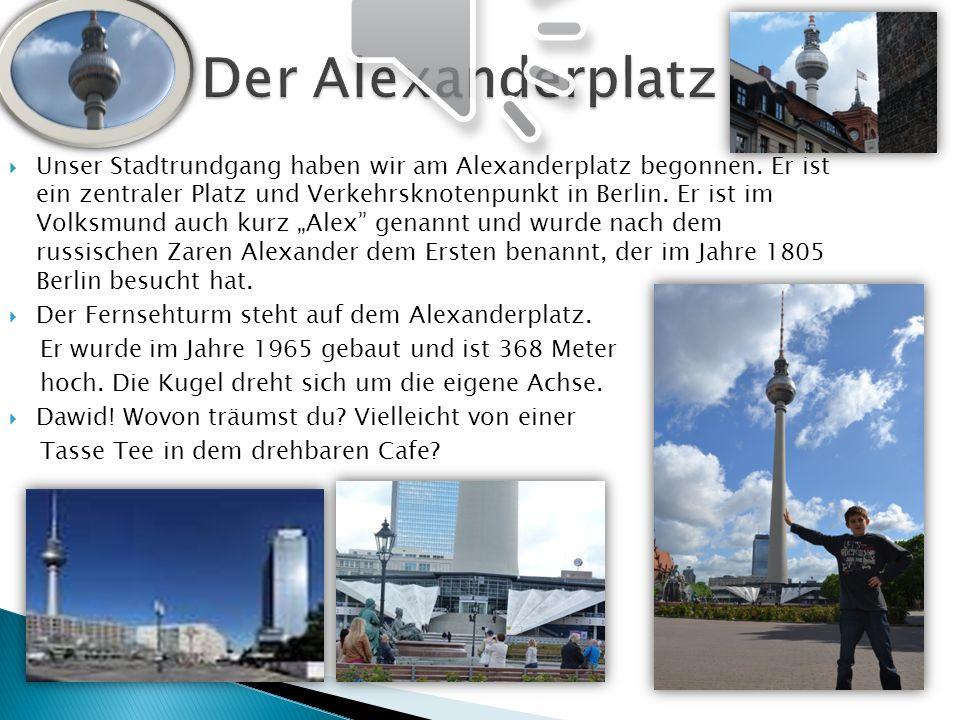 Unser Stadtrundgang haben wir am Alexanderplatz begonnen. Er ist ein zentraler Platz und Verkehrsknotenpunkt in Berlin. Er ist im Volksmund auch kurz