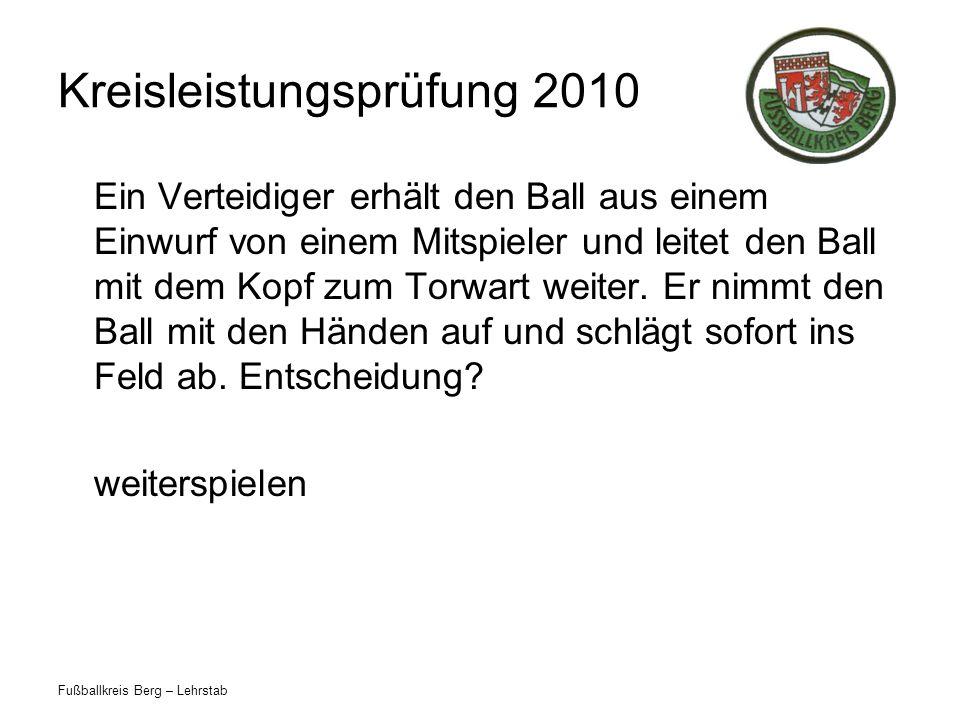 Fußballkreis Berg – Lehrstab Kreisleistungsprüfung 2010 Ein Verteidiger erhält den Ball aus einem Einwurf von einem Mitspieler und leitet den Ball mit dem Kopf zum Torwart weiter.